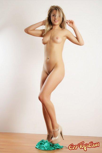 Сексуальная молодая блондинка голая. Фото.