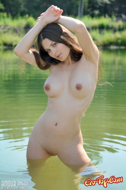 Девушка купается голышом. Смотреть фото.