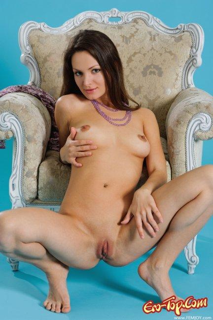 Девушка с большими сосками. Фото.