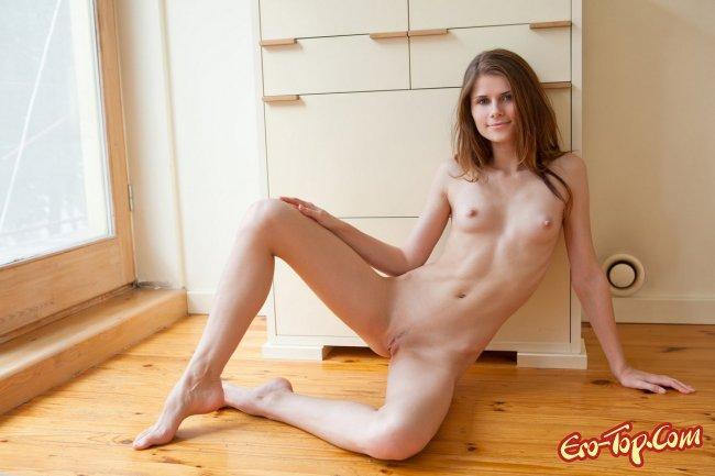 Худая девушка с маленькой грудью. Фото.