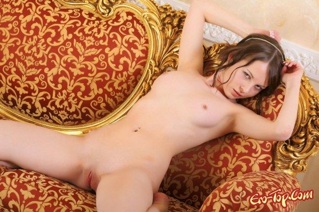 Молодая голая красавица с красивой киской. Фото.