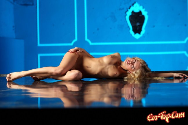 Голая сексуальная блондинка. Смотреть фото.