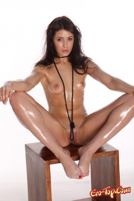 Девушка намазанная маслом, голая. Смотреть фото.