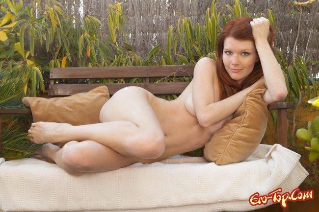 - голая рыжая девушка с веснушками. Фото.