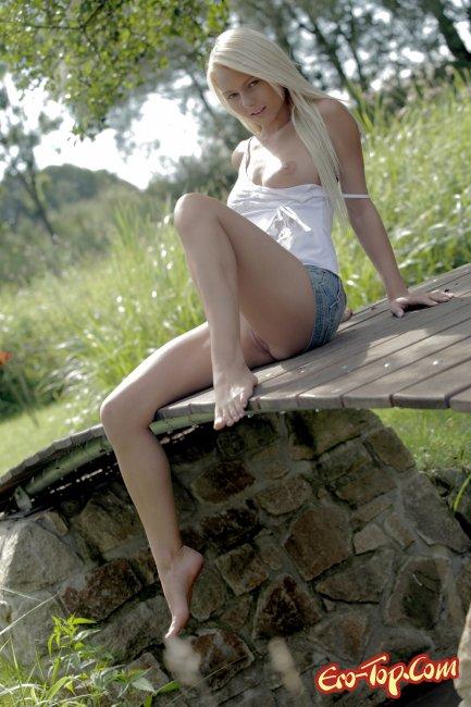Натуральная девушка с красивым телом, голая. Фото.