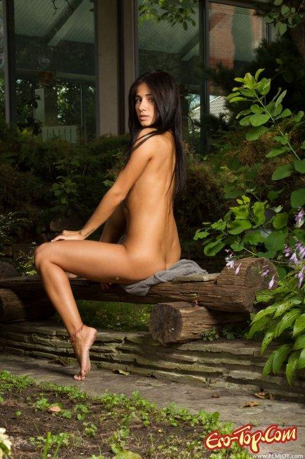Красивая голая мулатка. Фото.