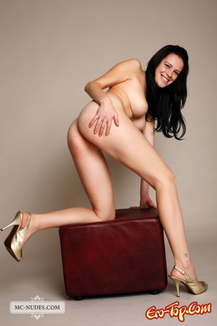 Сочная девка брюнетка. Фото.