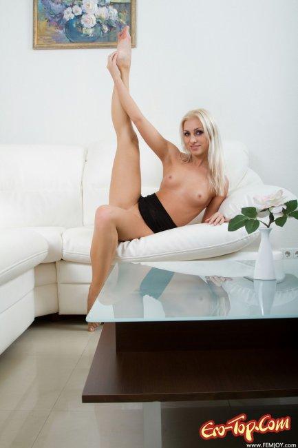 Блондинка в чёрном пеньюаре показала киску. Фото.