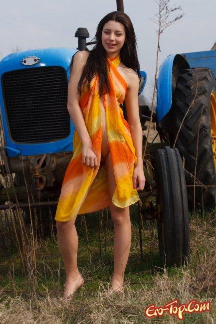 Голая девушка и трактор - Фото эротика.