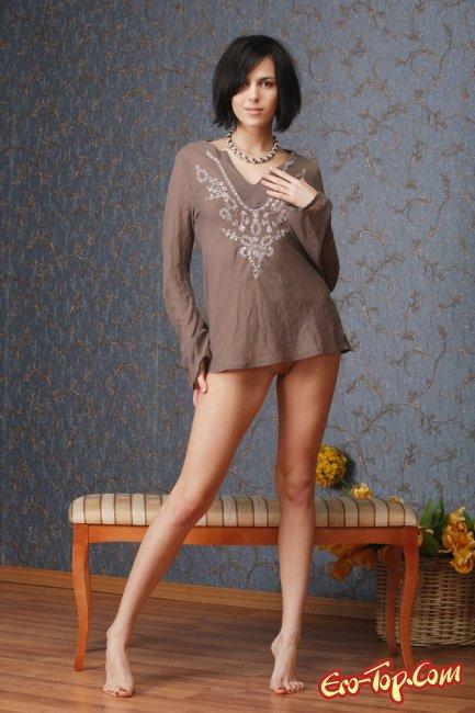 Голая сексуальная брюнетка с карэ. Эротические фото.