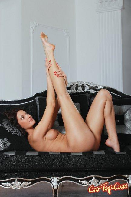 Сочная брюнетка  Эротика. Смотреть фото красивых голых девушек бесплатно