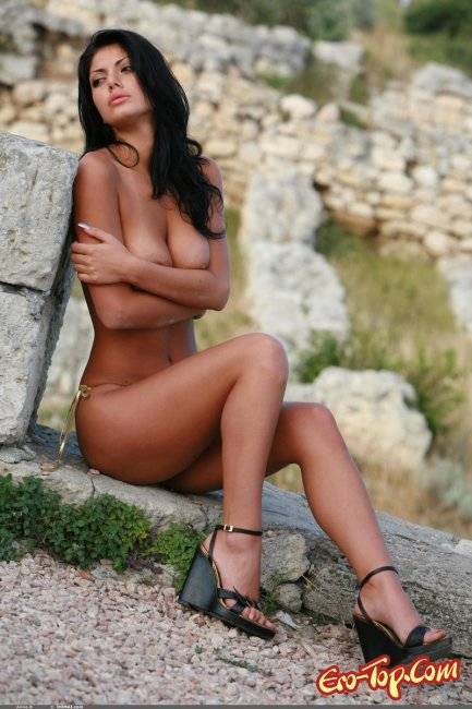 Брюнетка на руинах  Эротика. Смотреть фото красивых голых девушек бесплатно