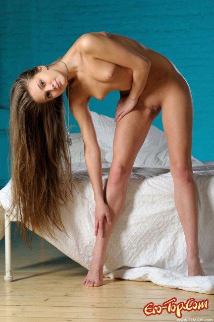 Молодая блондинка с длинными волосами. Фото.