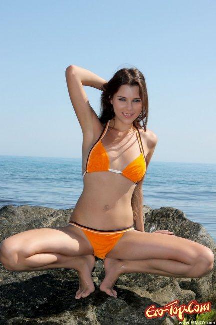 Голая красотка в море  Эротика. Смотреть фото красивых голых девушек бесплатно