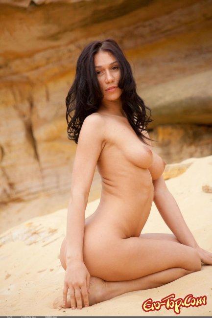 В мини бикини на пляже. Смотреть фото.