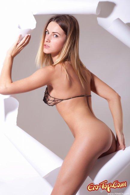 Блондинка с красивой попкой  Эротика. Смотреть фото красивых голых девушек бесплатно