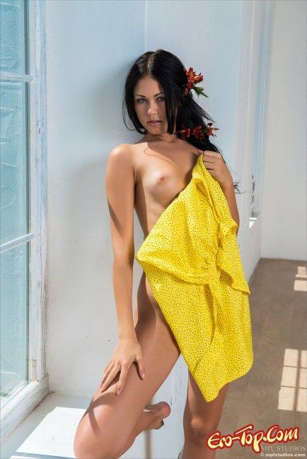 Голенькая брюнеточка  Эротика. Смотреть фото красивых голых девушек бесплатно