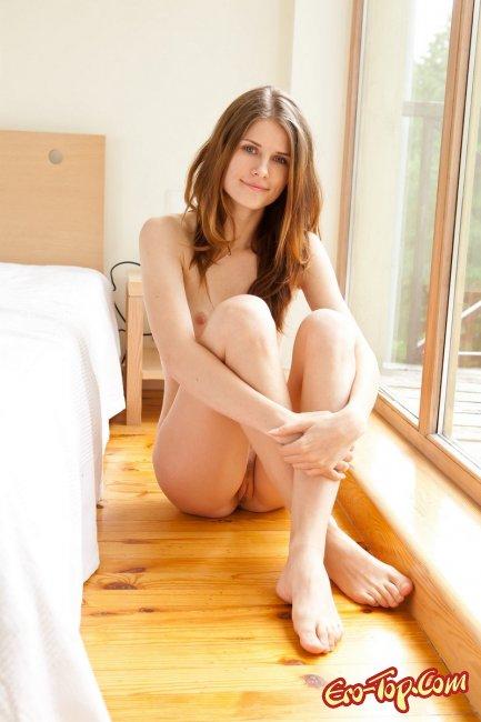 Милашка в кровати  Эротика. Смотреть фото красивых голых девушек бесплатно