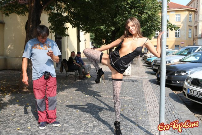 Разделась на людях - фото эротика с Машей Рябушкиной.