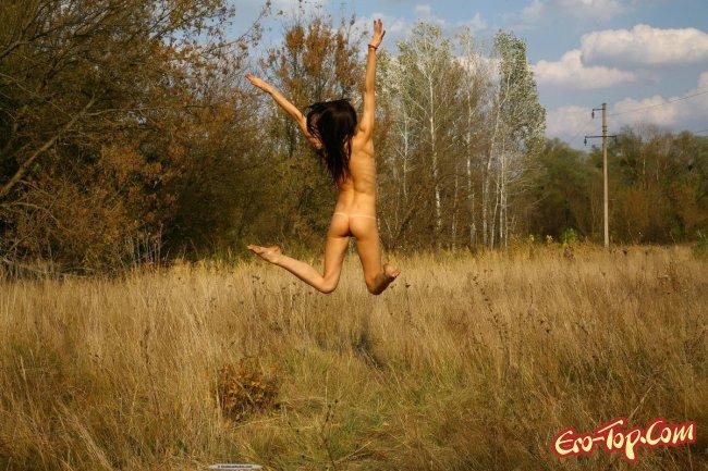 Худая голая брюнетка  Эротика. Смотреть фото красивых голых девушек бесплатно
