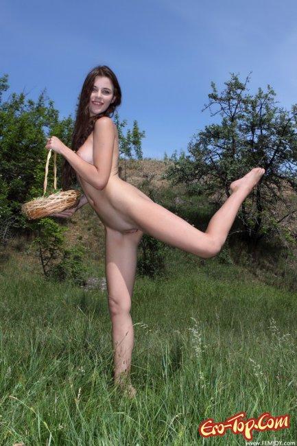 Голая девушка с клубникой - фото эротика.