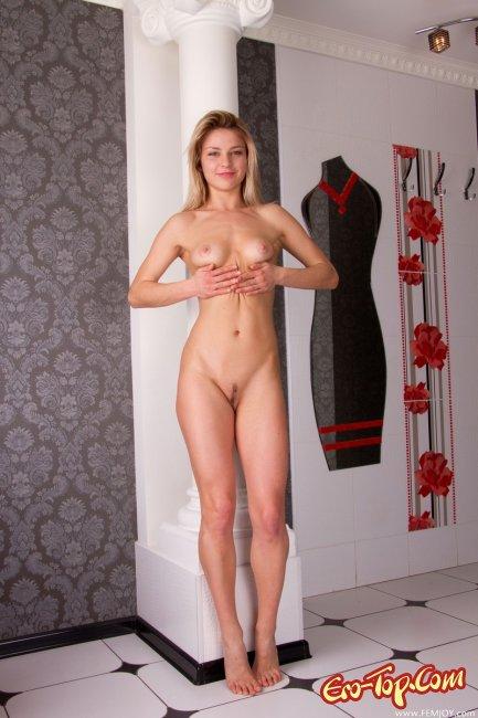 Сексапильная блондиночка  Эротика. Смотреть фото красивых голых девушек бесплатно