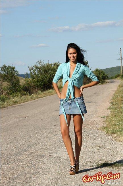 Сексуальная девушка разделась на загородной дороге. Фото.