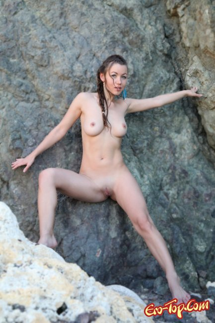 Голая девушка на скалах и камнях. Фото эротика.